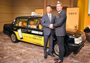 名古屋でのタクシー配車サービス参入を発表するウーバージャパンのトム・ホワイト氏(右)とフジタクシーグループの梅村尚史代表取締役=名古屋市中区