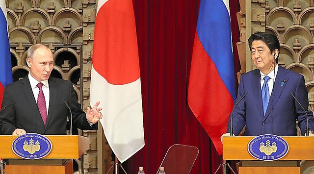 共同記者会見に臨む安倍晋三首相(右)とロシアのプーチン大統領。北方四島での「共同経済活動」の実現に向けて交渉を本格化させると発表した=2016年12月16日、首相公邸
