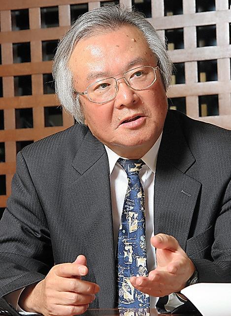 新潮社常務時代に作家の渡辺淳一さんと対談する松田宏さん=2005年11月、新潮社提供