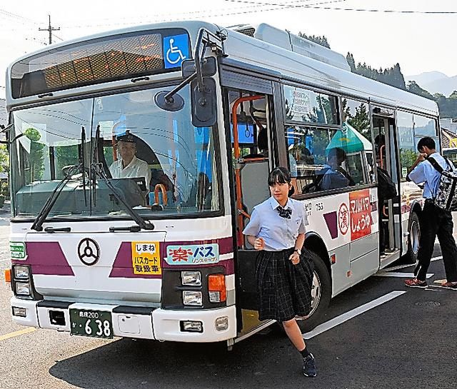 廃線になったJR三江線の代替バス。地域の足として通学の高校生らが利用する=島根県江津市