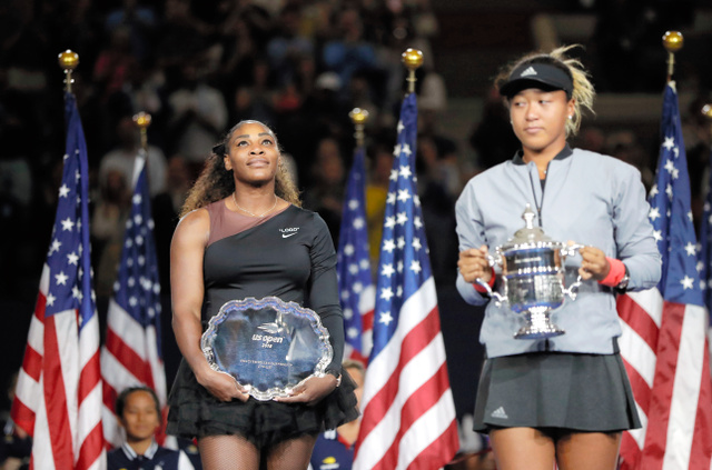 表彰式で優勝トロフィーを持つ大坂なおみ(右)と準優勝のセリーナ・ウィリアムズ=AP