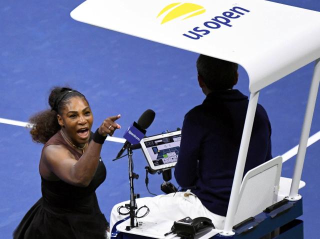 主審に向かって叫ぶセリーナ・ウィリアムズ=USAトゥデー・ロイター