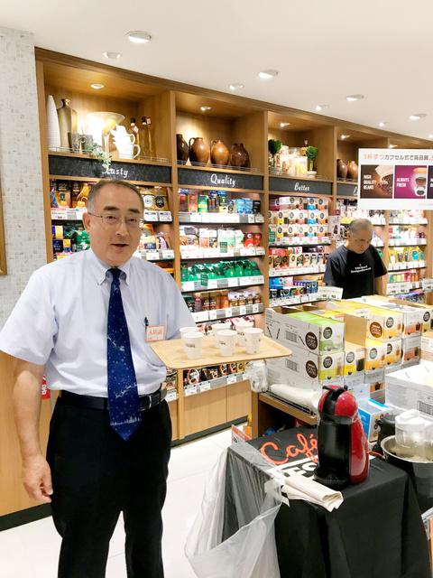 首都圏のスーパーの店頭で試飲販売を行う新入社員の石川一成さん(ネスレ日本提供)