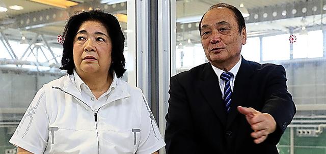 インタビューに応じる塚原光男(右)、千恵子夫妻