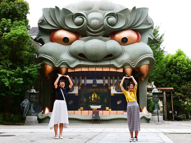 きゃー、獅子に食べられちゃう!=2018年9月6日、大阪市浪速区の難波八阪神社、滝沢美穂子撮影