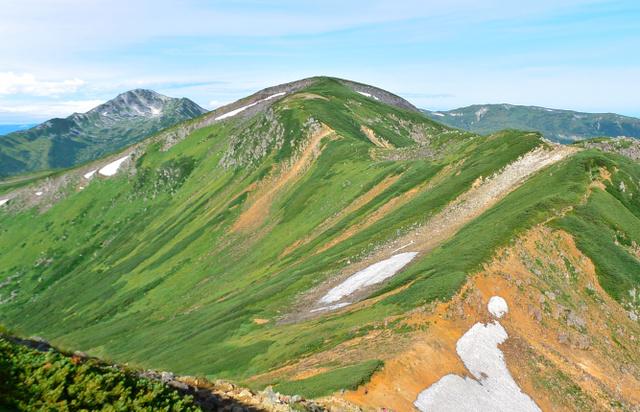 まるみを帯びた祖父岳の山頂。奥左は黒部五郎岳、右は北ノ俣岳。ワリモ岳北の分岐付近から写した