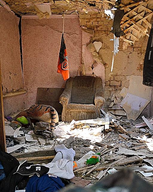 トロイツクにあるアンドレイさんの自宅。家族が寝ていた部屋は迫撃砲弾でめちゃくちゃに壊れていた