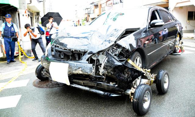 職務質問から逃げた車に警官が発...