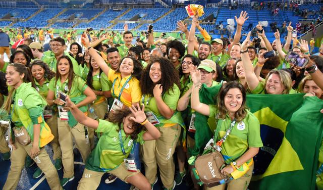 大会会場で盛り上がるリオデジャネイロ五輪のボランティアたち=2016年