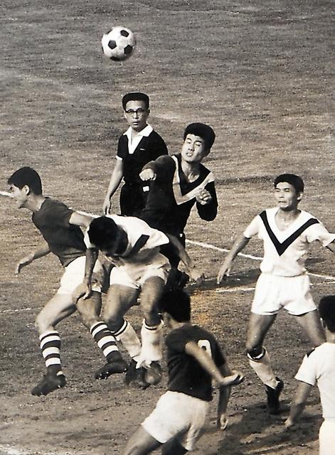 実業団チーム時代、シュートを防ぐゴールキーパーの片伯部さん(中央)=1965年ごろ、本人提供