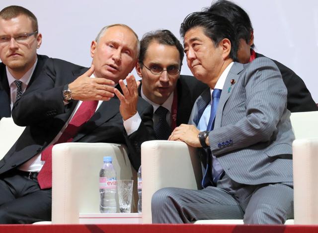 嘉納治五郎記念国際柔道大会に出席し、ロシアのプーチン大統領(手前左)と言葉を交わす安倍晋三首相=2018年9月12日午後10時7分、ロシア・ウラジオストク、岩下毅撮影