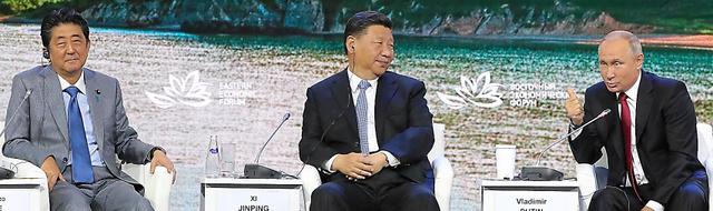 東方経済フォーラムの全体会合に臨む(左から)安倍晋三首相、中国の習近平国家主席、ロシアのプーチン大統領=12日、ロシア・ウラジオストク、代表撮影