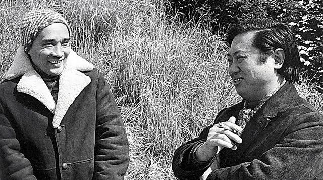 親友の詩人・大岡信さん(右)と。連詩の制作や海外での朗読会など深く交流した=本人提供