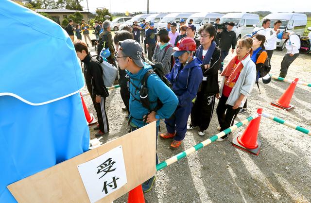 ボランティアの受付に並ぶ人たち=2018年9月13日午前8時32分、北海道厚真町、杉本康弘撮影