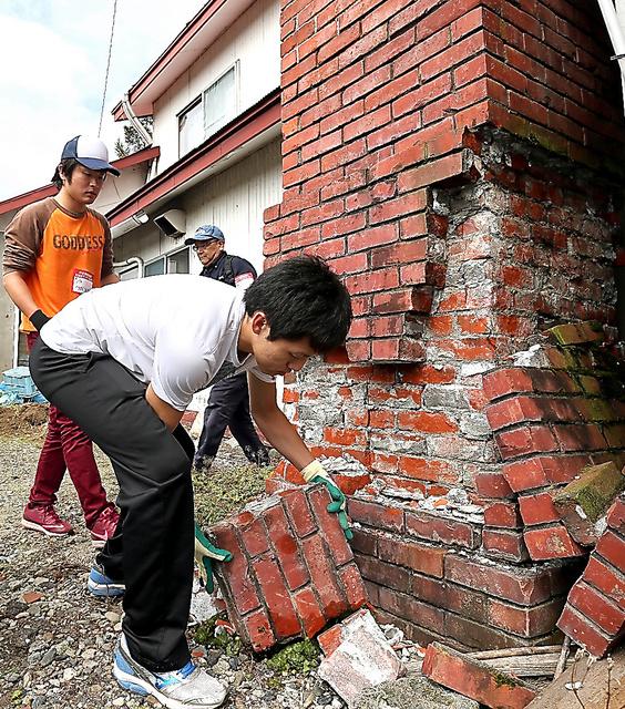 地震で崩れた煙突のれんがを撤去するボランティアたち