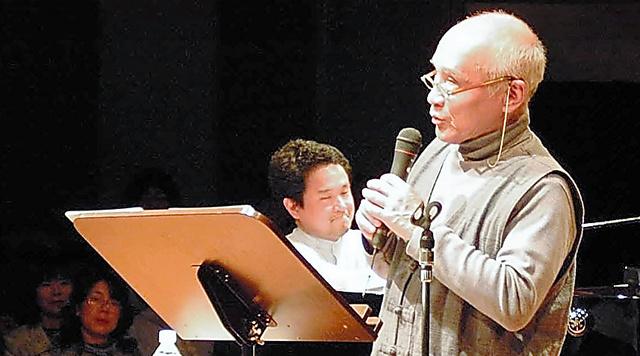 長男・賢作さん(左)とライブで。読者と対話し、詩を直接届ける時間を大切にしてきた=2004年