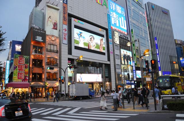 600インチの大画面は国内最大級で、広告やニュースが常時流れている=新宿区新宿3丁目