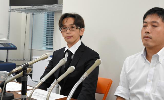 判決後の記者会見で、「パワハラはいけない」と訴える高山幹夫さん(左)=14日午後、福岡市中央区