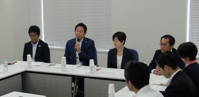 スポーツ界のインテグリティー(健全性)強化のために設置されたスポーツ庁の会議であいさつする鈴木大地長官(左から2人目)=9月12日