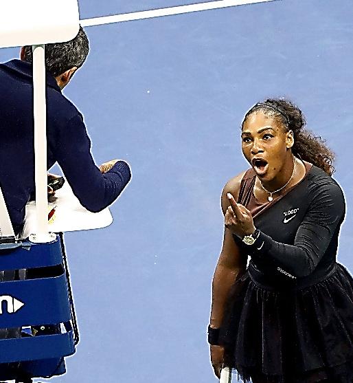 試合中、主審に抗議するセリーナ・ウィリアムズ=AP