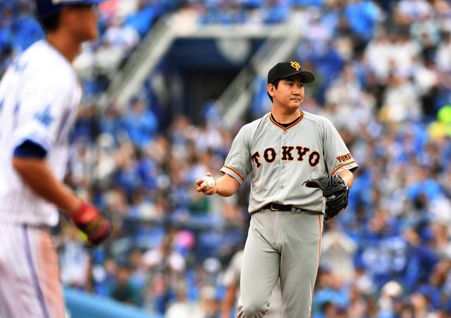 三回裏DeNA2死満塁、菅野(右)は桑原に押し出しとなる四球を与えぼうぜんとする=日刊スポーツ