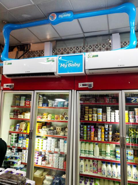 イラン製の紙おむつの陳列棚(冷蔵庫上の部分)が空っぽになったテヘランのスーパー=16日、杉崎慎弥撮影