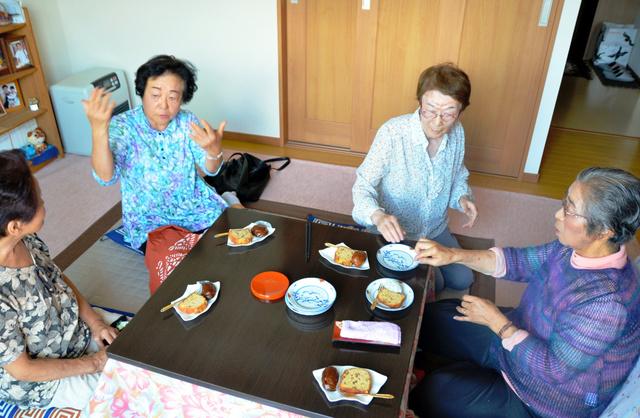 川村一子さん(右端)宅では、他県からの移住者や地元の住民らが「お茶っこ」を楽しむ=盛岡市月が丘2丁目