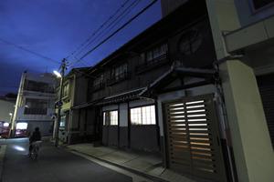 日が沈み、一楽旅館の窓から明かりが漏れる=広島市中区