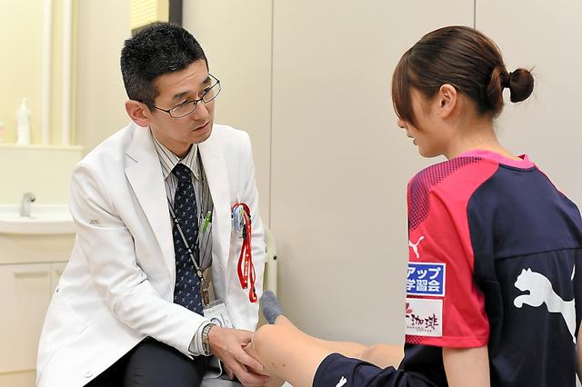 玉桜ことのさん(右)の手術を担当した大阪市立大病院の橋本祐介医師=大阪市内