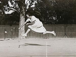 ジャック・アンリ・ラルティーグ「シュザンヌ・ランランのトレーニング、ニース」(1921年)