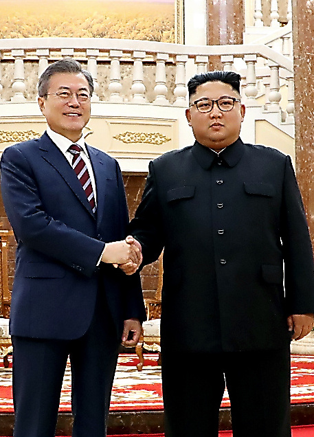 朝鮮労働党庁舎ロビーで18日午後、会談前に握手を交わす文在寅大統領(左)と金正恩朝鮮労働党委員長=平壌写真共同取材団撮影
