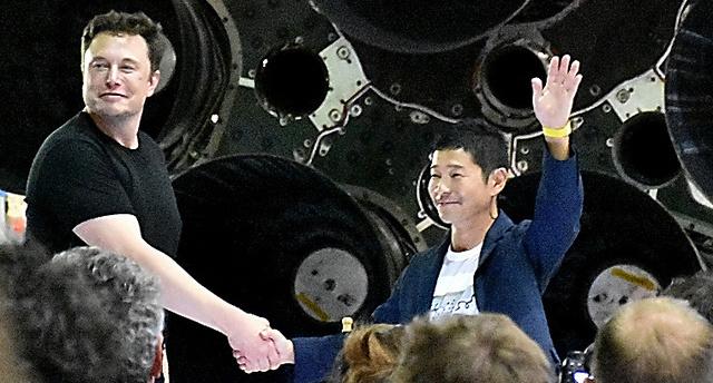 スペースXのイーロン・マスクCEOとスタートトゥデイの前沢友作社長=17日、米カリフォルニア州、香取啓介撮影