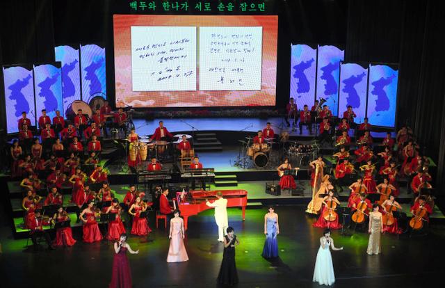 18日午後、平壌の平壌大劇場で行われた三池淵管弦楽団の歓迎芸術公演=平壌写真共同取材団。竹島(韓国名・独島)が入った朝鮮半島の地図も並べられた。