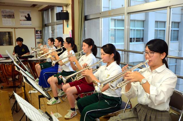 トランペットを演奏する小野加奈子さん(右)=長岡市新保町