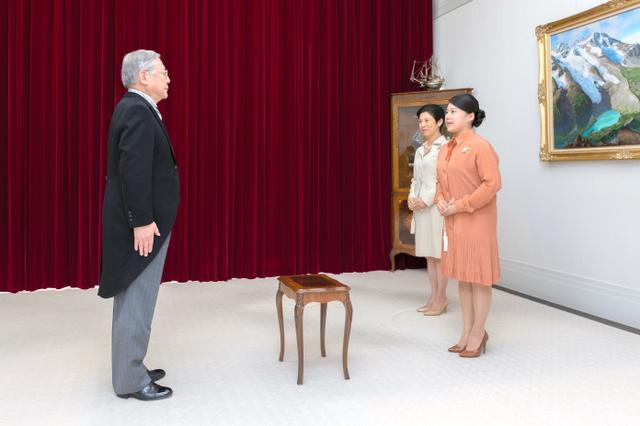 高円宮邸で開かれた「告期の儀」。守谷慧さんの使者が高円宮家の三女絢子さま、久子さまに結婚式の期日を伝えた(9月19日、宮内庁提供)