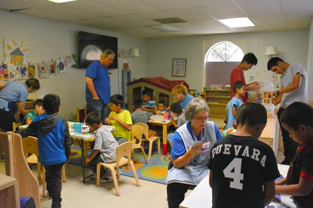マッカレンでカトリック教会が運営する移民の一時受け入れ施設。子どもたちの姿も=2018年8月21日午後4時25分、鵜飼啓撮影