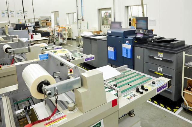 様々な関係機器が並ぶプリントオンデマンドの施設(アマゾンジャパン合同会社提供)
