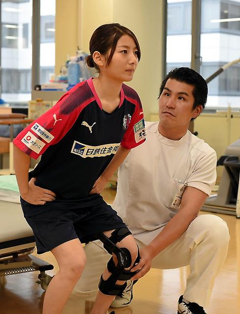 玉桜ことのさん(左)の左ひざの回復具合をチェックする理学療法士の瀬口貴一さん=7月、大阪市内