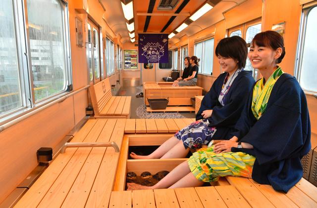 お披露目された「足湯列車」。電車で移動しながら、足湯を楽しめる=2018年9月20日、三重県四日市市、戸村登撮影