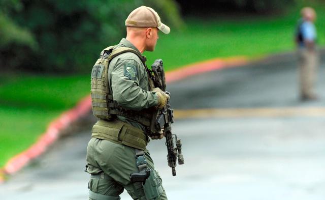 20日、メリーランド州の配送施設で起きた発砲事件を受けて出動する当局者=AP