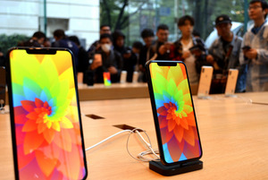 発売された新型iPhone。アップル直営店には買い求めようと多くの人が訪れた=2018年9月21日午前8時8分、東京・表参道