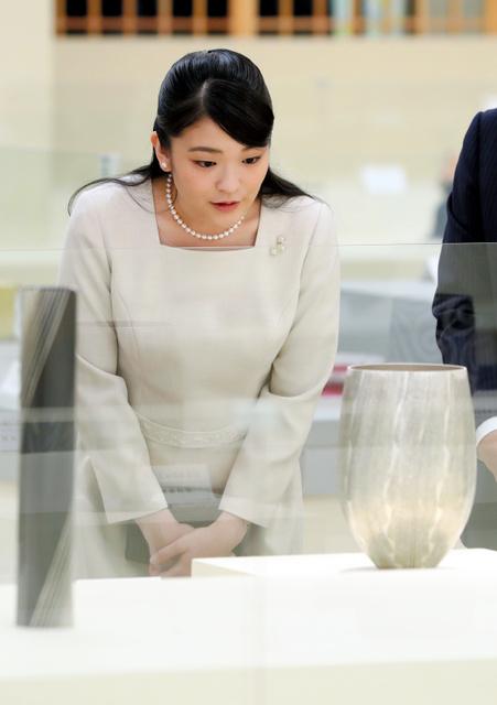 第65回日本伝統工芸展で作品を鑑賞する眞子さま=2018年9月21日午前8時53分、東京都中央区、代表撮影