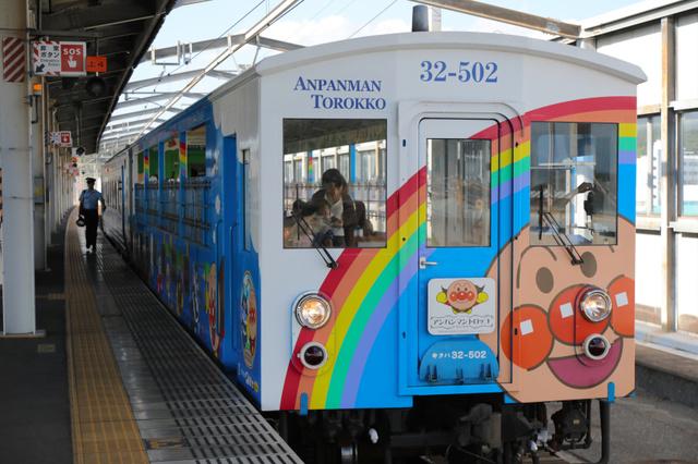 STUの2人が乗ったアンパンマントロッコ=岡山県倉敷市、安冨良弘撮影