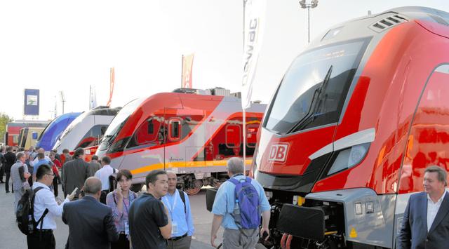 イノトランスの会場では鉄道車両メーカーや鉄道運行会社が多くの新型車両を展示した=ベルリン、寺西和男撮影