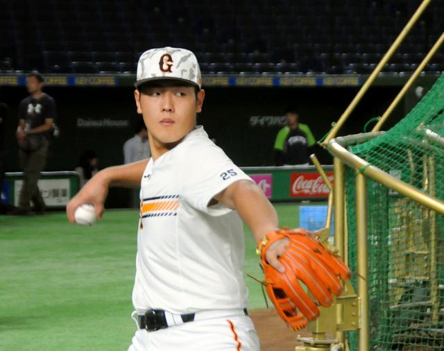 巨人の岡本。14日に死球を受けてから4試合連続で安打が止まっている=東京ドーム