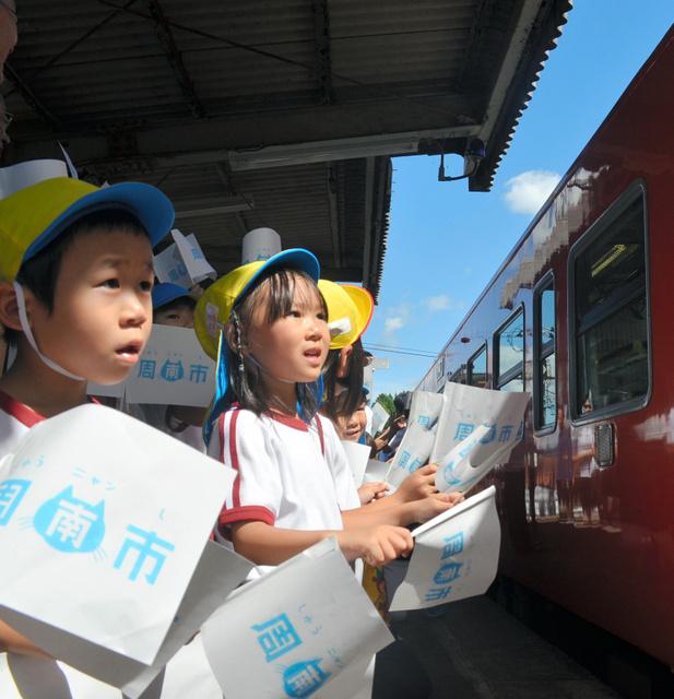 到着列車を歓迎する保育園児ら=2018年9月22日午後0時21分、山口県周南市、三沢敦撮影