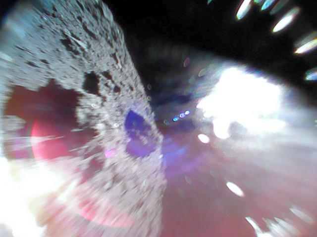 ミネルバが小惑星リュウグウの表面(左)から飛び上がった瞬間に撮影した画像(JAXA提供)