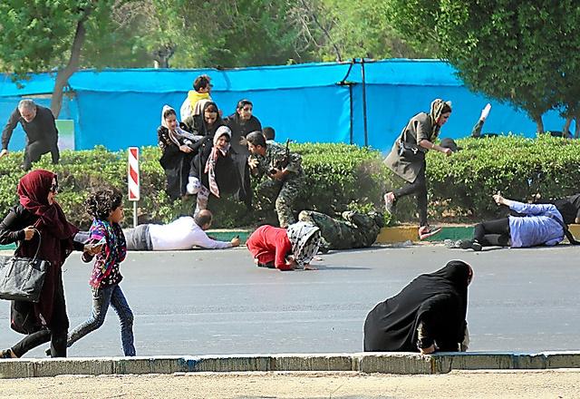 イラン南西部のアフワズで22日、軍事パレードで襲撃事件が起こり、逃げ惑う人々。メヘル通信提供=AP
