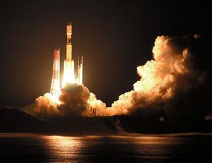 国際宇宙ステーション(ISS)に物資を届ける無人補給船「こうのとり」や小型衛星を載せて打ち上げられるH2Bロケット7号機=2018年9月23日午前2時52分、鹿児島・種子島宇宙センター、長沢幹城撮影