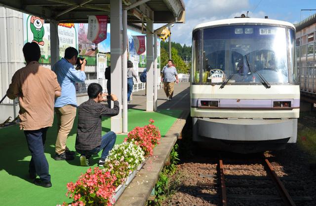 ラストランをする車両を撮影する鉄道ファンたち=2018年9月23日午前10時45分、仙北市角館町の角館駅